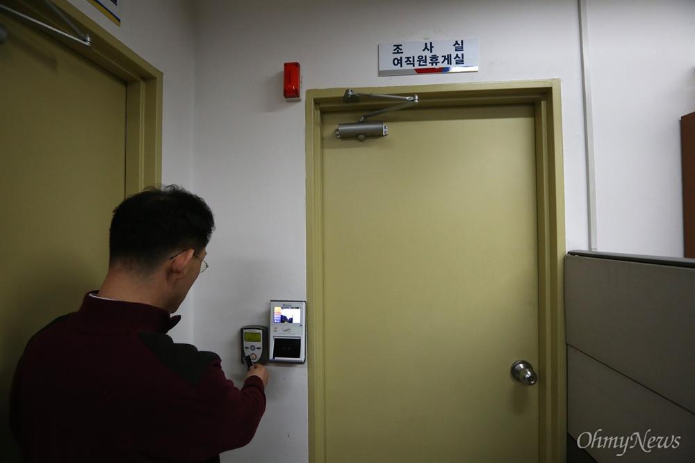 사전투표함 보관장소 잠그는 선관위직원 9일 오후 서울 영등포구 당산동 동작구선관위 사무실에서 한 직원이 8~9일 실시된 20대총선 사전투표함이 보관된 방을 카드로 잠그고 있다. 오는 13일 투표일까지 사전투표용지가 보관될 방에는 보안카드와 얼굴인식 시스템이 작동되는 잠금장치가 설치되어 있고, 방안에는 CCTV가 설치되어 있다.