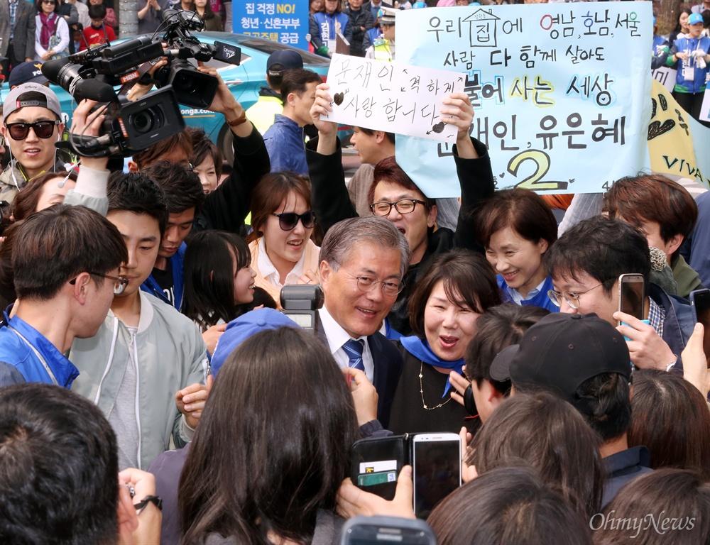 문재인 환영하는 시민들 더불어민주당 문재인 전 대표가 유은혜(고양병), 김현미(고양정) 후보 지원 유세를 위해 10일 오후 경기 고양시 일산동구 미관광장 앞에 도착하자 시민들이 환호하고 있다.