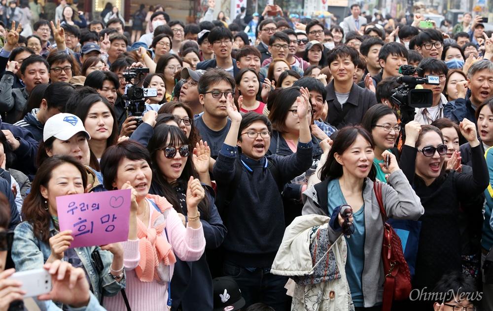문재인 등장에 환호하는 시민들 더불어민주당 문재인 전 대표가 10일 오후 서울 마포구 홍익대앞에서 손혜원 후보(마포을) 지원유세를 위해 등장하자 시민들이 환호하고 있다.