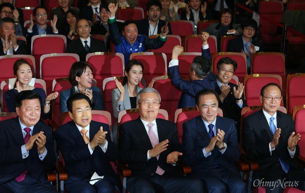 박수치는 더민주 더불어민주당 김종인 비대위 대표와 정장선 총선기획단장 등 지도부가 13일 오후 국회 의원회관에 마련된 개표상황실에서 4.13 총선 출구조사 결과를 지켜보며 박수치고 있다.