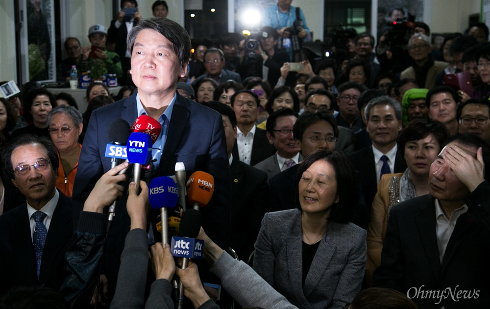 국민의당 안철수 상임공동대표가 13일 오후 서울 노원 안 후보 선거사무소에서 노원병 당선이 유력해지자 당선 소감을 말하고 있다.