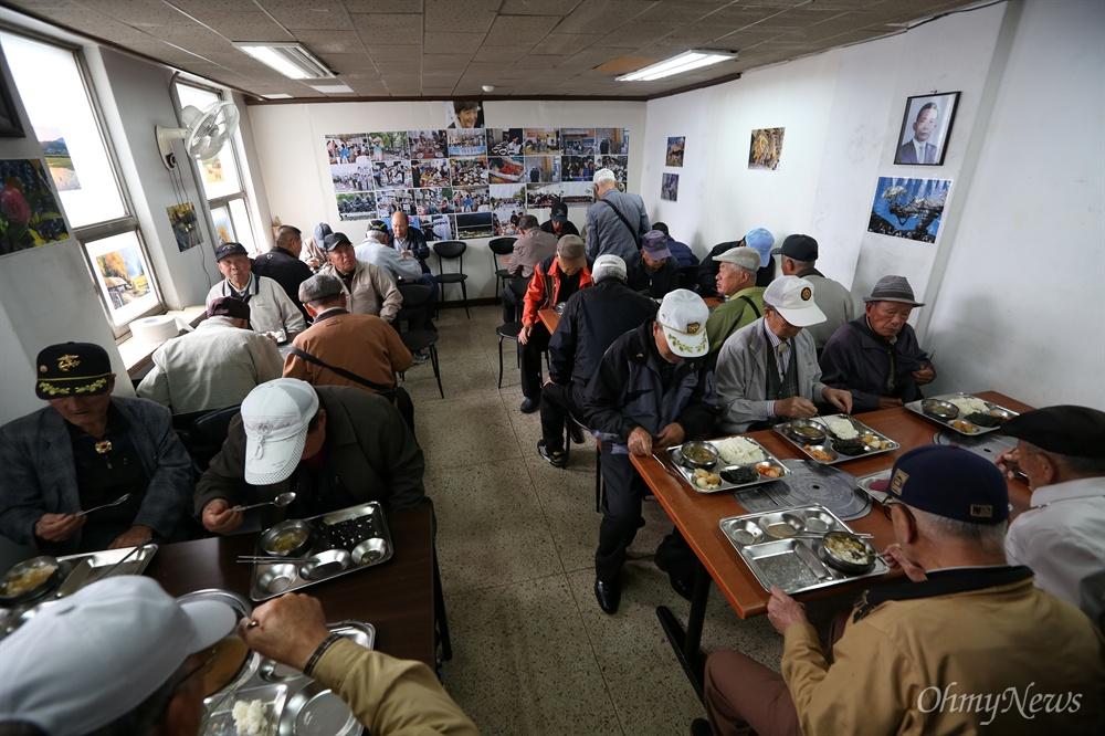 어버이연합, 밥 먹을 때도 박정희-박근혜 생각 박정희-박근혜 부녀 대통령 사진이 걸려 있는 종로구 인의동 대한민국어버이연합 사무실 식당에서 22일 오전 회원들이 점심식사를 하고 있다.