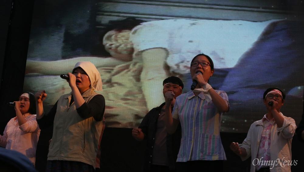 17일 오후 광주광역시 금남로에서 5.18민중항쟁 전야제에서 계엄군의 진압과 희생당한 광주시민들의 모습이 스크린에 나오며 공연이 펼쳐지고 있다.