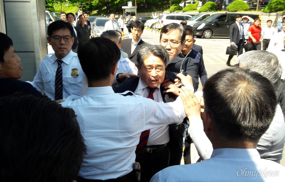5·18 광주민주화운동에 참여한 시민이 북한 특수군이라는 망언을 일삼다가 재판에 넘겨진 지만원(74)씨가 19일 오전 서울 서초구 서울중앙지방법원 앞에서 5월 3단체(5·18민주유공자유족회, 5·18민주화운동부상자회, 5·18구속부상자회) 회원들로부터 거센 항의를 받고 있다.