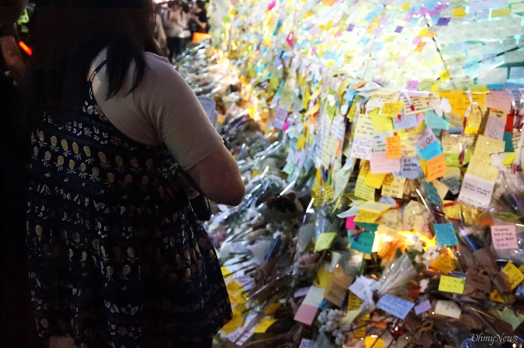 22일은 강남역 여성 살인사건 피해 여성을 애도하기 위해 강남역 10번 출구에 마련한 추모 장소를 볼 수 있는 마지막 날이었다.