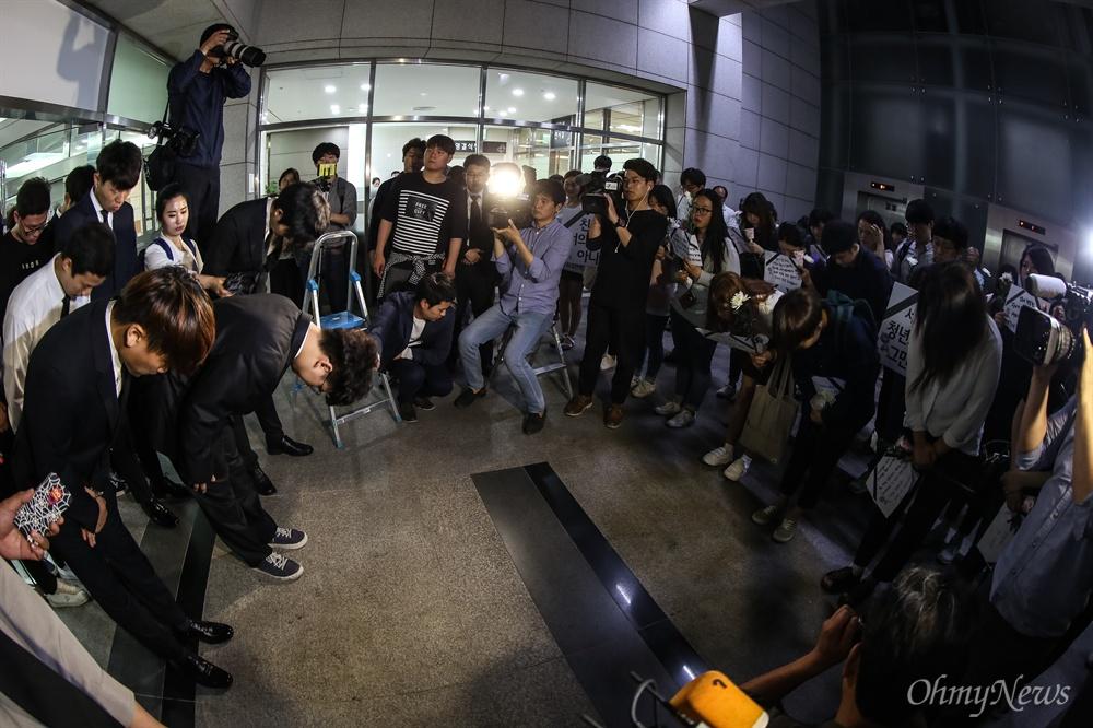 서울 지하철2호선 구의역 스크린도어 수리도중 사망한 19살 김모씨를 추모하는 시민들이 2일 오후 사고현장인 구의역 9-4승강장에 모여 추모행사를 연 뒤 고인의 분향소가 차려진 인근 건국대병원 장례식장까지 촛불행진을 벌였다. 분향소를 지키는 고인의 친구와 행진에 참여한 시민들이 장례식장앞에서 인사를 하고 있다.