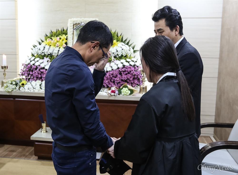 2일 오후 방송인 김제동씨가 지하철2호선 구의역 스크린도어 수리도중 사망한 19살 비정규직노동자 김모씨의 분향소가 마련된 건국대병원 장례식장을 찾아 고인의 부모를 위로하고 아픔을 나누고 있다.