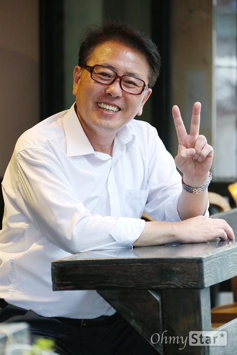 TV조선 뉴스 예능쇼 <B급 뉴스쇼 짠>의 진행을 맡고 있는 최일구 전 MBC뉴스 앵커가 22일 오후 서울 서교동의 한 카페에서 오마이뉴스와 인터뷰에 앞서 포즈를 취하고 있다.