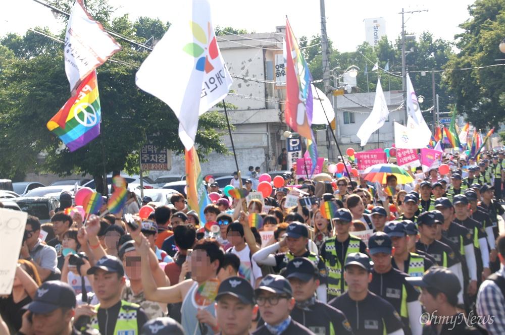 26일 오후 대구에서 열린 퀴어축제에서 참가자들이 경찰의 보호를 받으며 '자긍심의 퍼레이드'를 진행하고 있다.