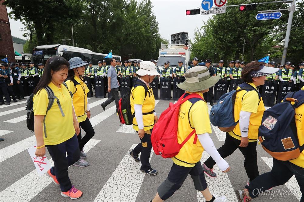 봉쇄된 청와대 가는 길 27일 오후 청와대입구 청운효자주민센터앞에서 열린 '세월호특조위 강제해산 박근혜 정부 규탄 기자회견'에 참석했던 유가족과 시민들이 해산하는 가운데, 경찰들이 청와대로 향하는 도로를 봉쇄하고 있다.