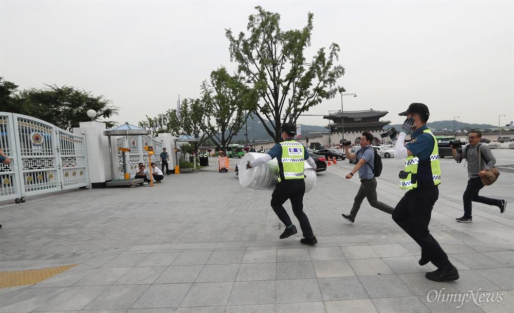 농성장 바닥깔개 뺏어가는 경찰 27일 오전 정부서울청사앞 세월호유가족 농성장에 사용할 바닥깔개를 싣고 택시가 도착하자, 경찰이 강제로 깔개를 뺏어갔다. 유가족측이 거세게 항의했으나, 경찰은 버스에 싣고 떠나버렸다.