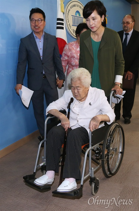 이옥선 할머니의 휠체어 잡은 유은혜 의원 유은혜 더불어민주당 의원이 21일 국회 정론관에서 연 위안부특별법과 평화통일경제특구법 입법청원을 위한 기자회견에 참석한 일본군 위안부 피해자인 이옥선 할머니의 휠체어를 끌고 있다.