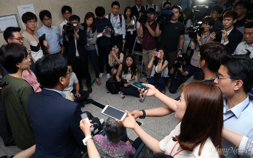취재진에 둘러싸인 위안부 피해자 할머니 지원군 21일 국회 정론관에서 위안부특별법과 평화통일경제특구법 입법청원을 위한 기자회견을 연 유은혜 더불어민주당 의원과 최성 고양시장이 회견 후 복도에 나와 기자들의 질문을 받고 있다. 이 자리에는 일본군 위안부 피해자인 이용수 이옥선 박옥선 할머니도 참석했다.