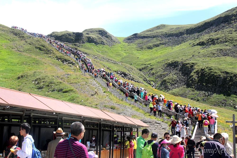 8월 9일 백두산 서쪽에 난 계단에 많은 사람들이 천지를 보기 위해 올라가고 있다.