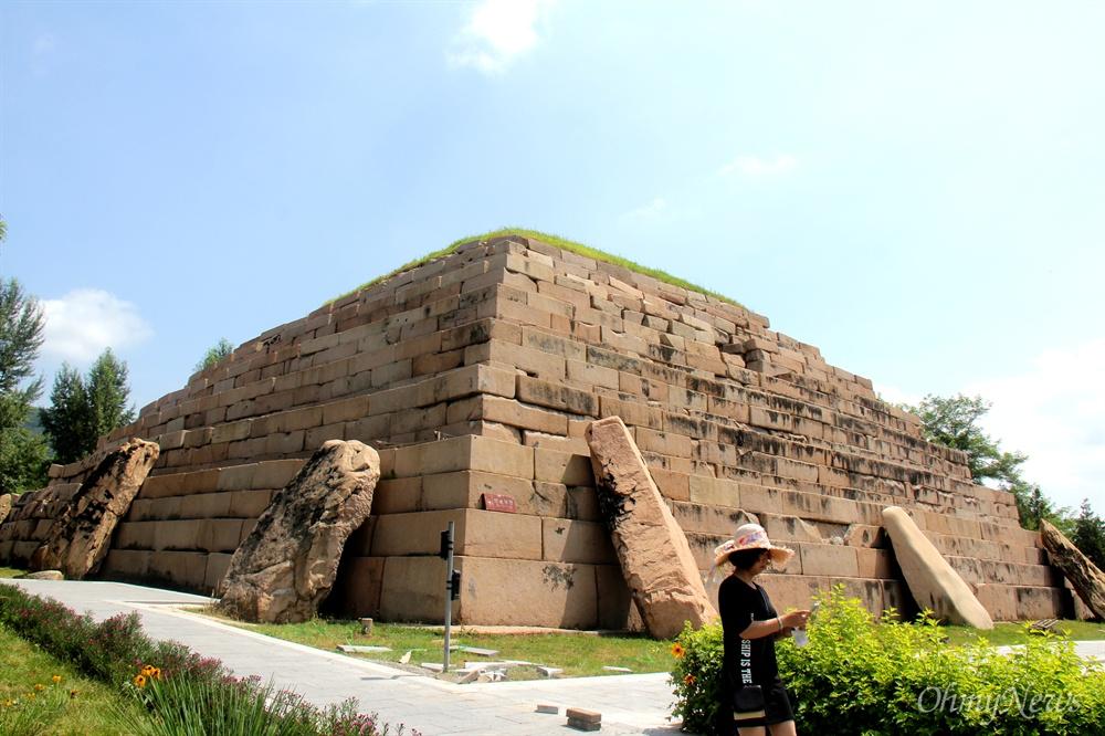 중국 지린성 집안현에 있는 고구려시대의 석릉인 장군총.
