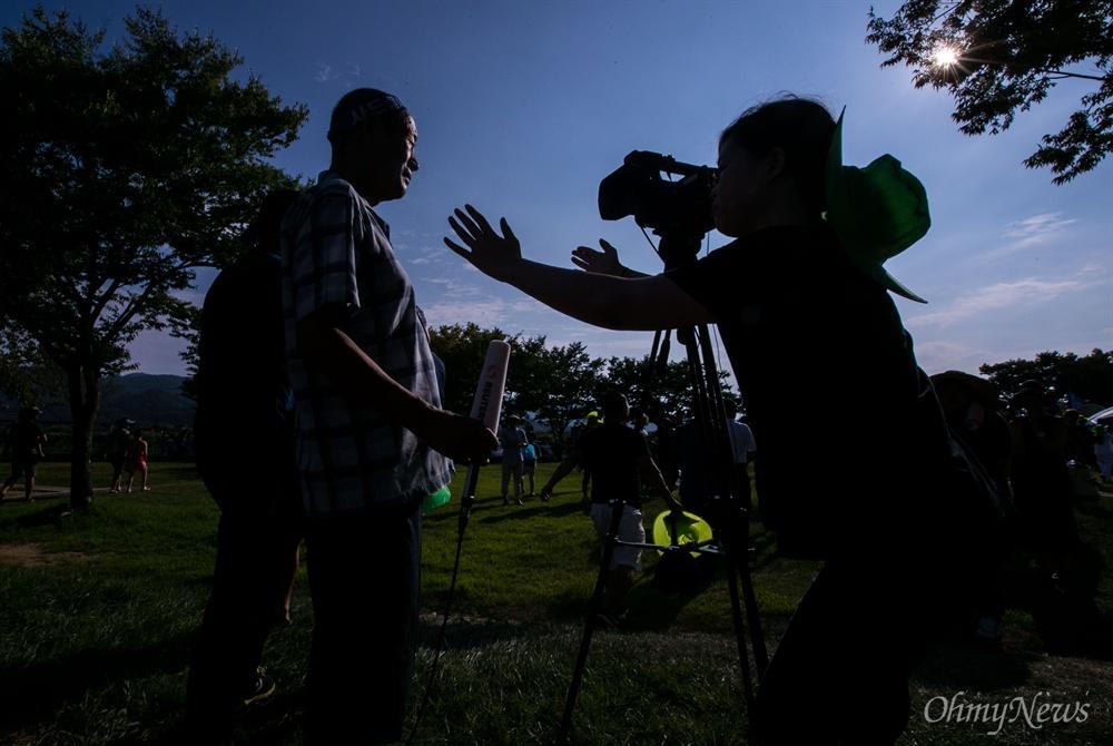 15일 오후 경북 성주 성주읍 성밖숲에서 성주주민 900여 명이 사드 배치 철회를 요구하는 대규모 삭발식을 진행하고 있다.