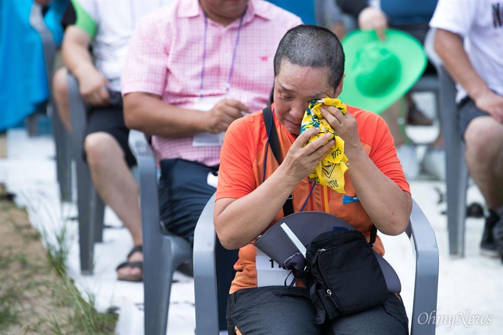 삭발에 눈물 흘리는 성주군민 15일 오후 경북 성주 성주읍 성밖숲에서 성주주민 900여 명이 사드 배치 철회를 요구하는 대규모 삭발식을 진행하고 있다.
