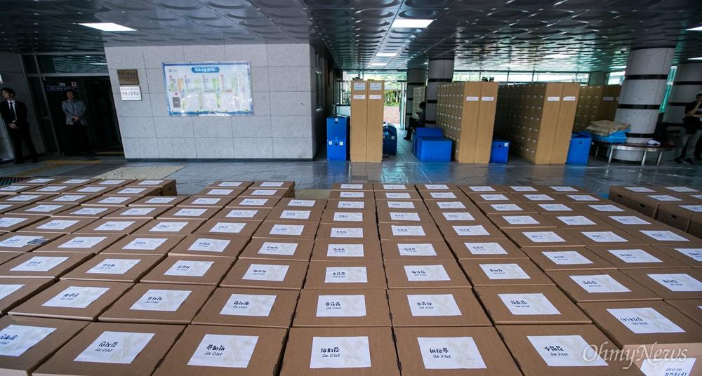 20일 오후 경기도 안산 단원고등학교에서 희생학생들의 유품과 책상을 안산교육지원청 별관으로 이전을 위한 작업이 진행되고 있다.