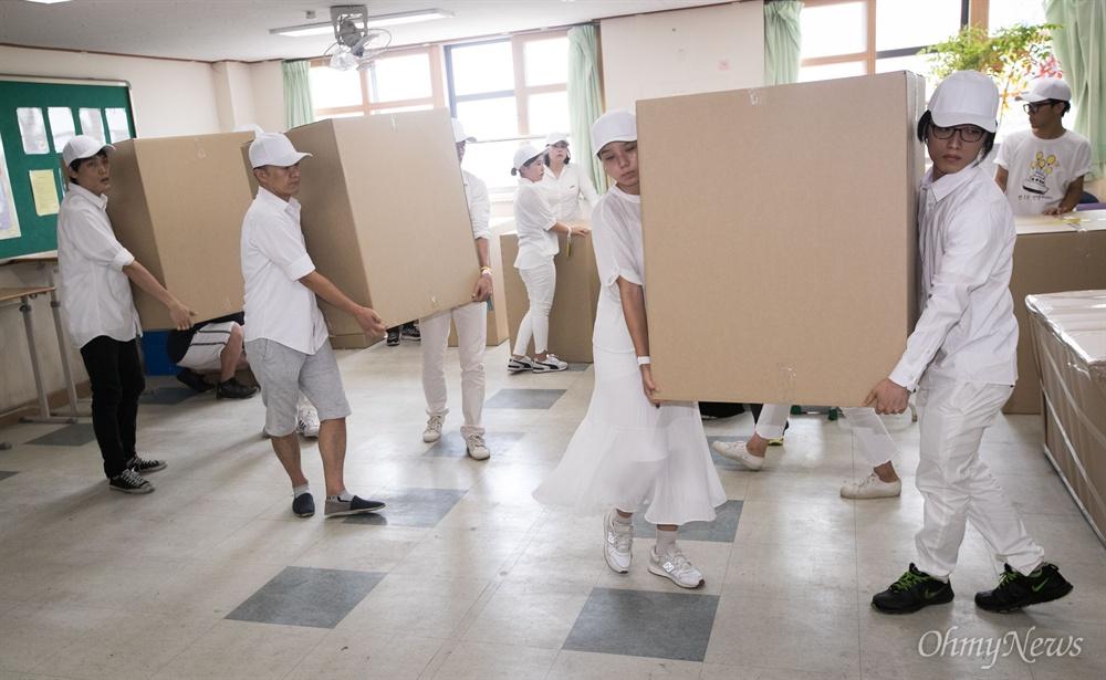 20일 오후 경기도 안산 단원고등학교에서 희생 학생들의 유품과 책상을 안산교육지원청 별관으로 이전 작업을 하고 있다.
