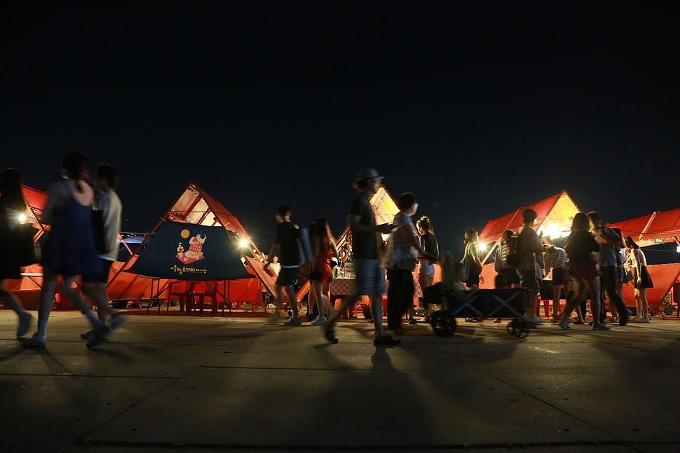 시민들이 12일 오후 서울 여의도 한강공원에서 열린 '서울밤도깨비야시장'을 찾아 판매자들이 손수 만든 핸드메이드 상품과 수공예품 등을 둘러보며 즐거운 시간을 보내고 있다.