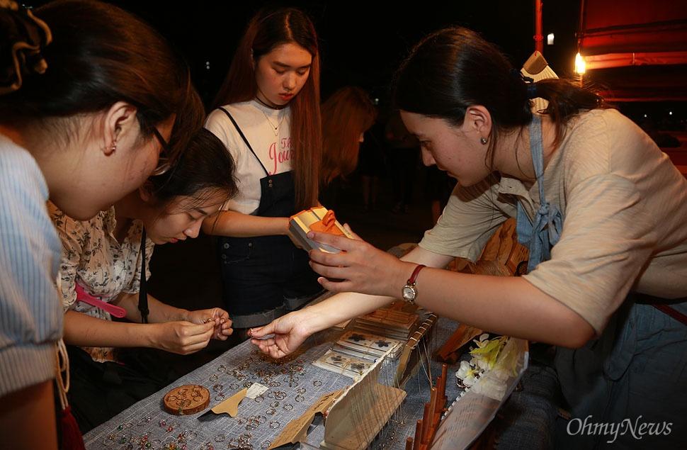 12일 오후 서울 여의도 한강공원에서 열린 '서울밤도깨비야시장'에서 판매자들이 손수 만든 수공예품 등을 판매하고 있다.
