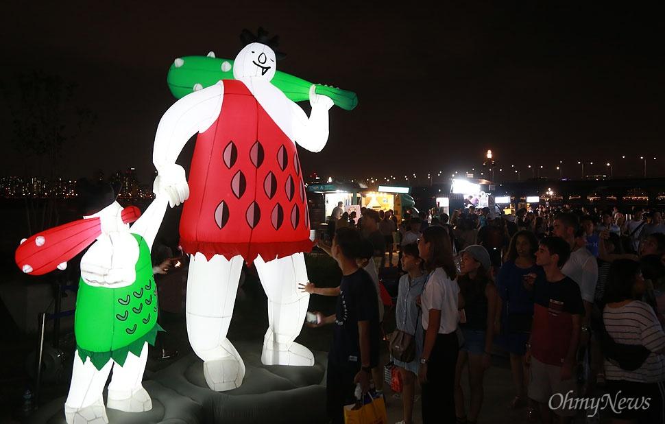 '서울밤도깨비야시장'을 상징하는 도깨비 인형이 시장 입구에서 시민들을 반기고 있다.