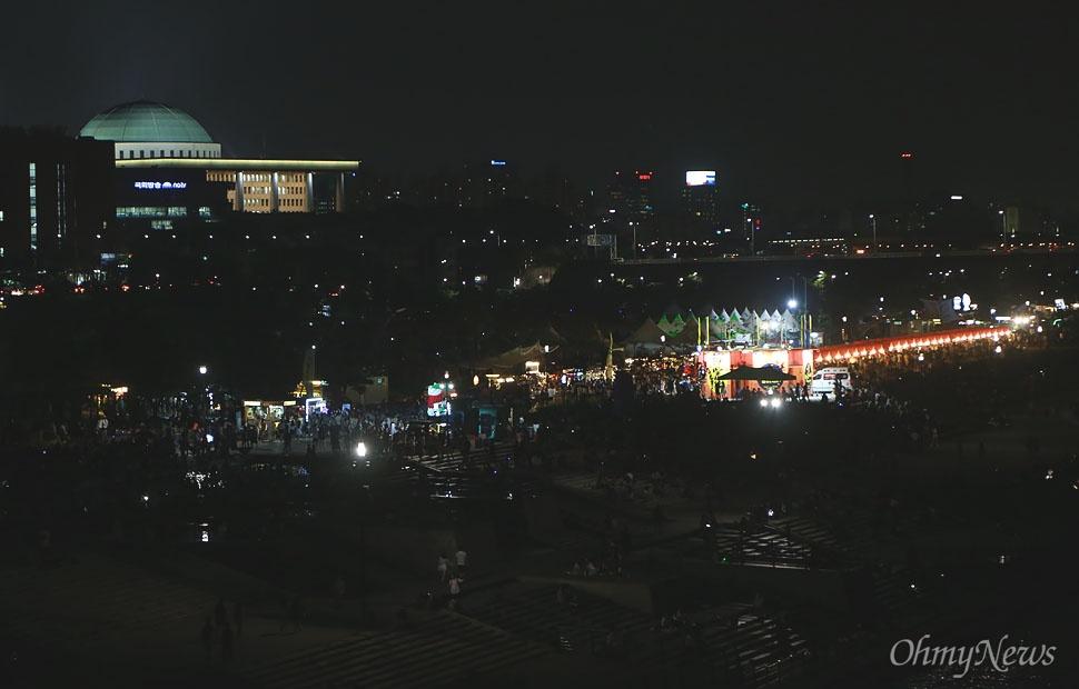 '서울밤도깨비야시장'은 서울의 야경을 즐기면서 연인들이 데이트하기에 좋은 장소로 떠오르고 있다.