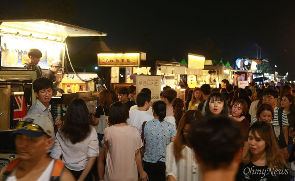 '서울밤도깨비야시장'에 다양한 먹거리를 판매하는 푸트드럭이 모여 한식?중식?일식?양식 등 다채로운 세계음식들을 판매하고 있다.