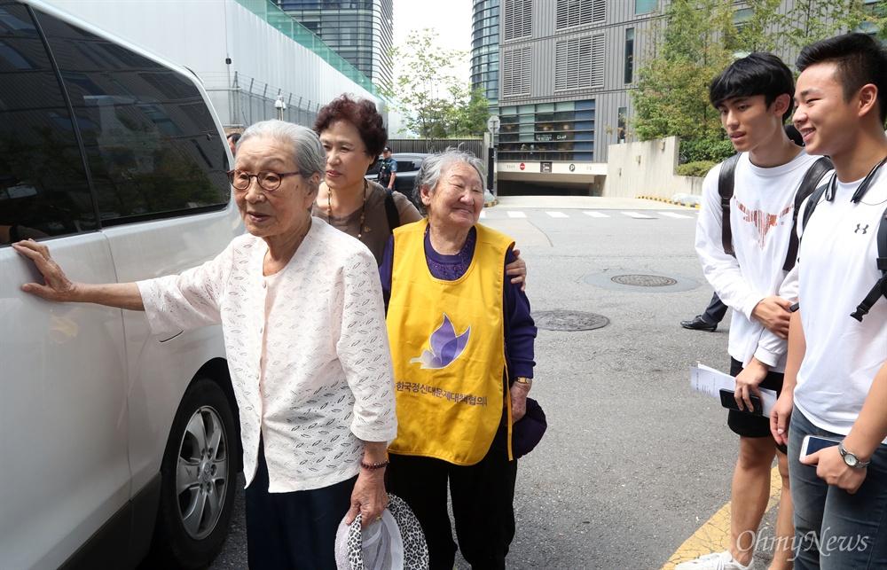할머니들 배웅한 고등학생 추석 연휴 첫날인 14일 서울 중학동 옛 일본대사관 맞은편에서 열린 1248번째 수요시위에 참여한 길원옥·김복동 할머니가 이날 시위에 참여한 안양 신성고등학교 학생들과 인사하고 있다.