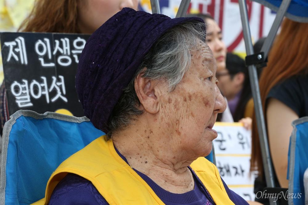 오늘도 변함없이 자리지킨 길원옥 할머니 추석 연휴 첫날인 14일 서울 중학동 옛 일본대사관 맞은편에서 열린 1248번째 수요시위에 일본군 위안부 피해자인 길원옥 할머니가 참여하고 있다.