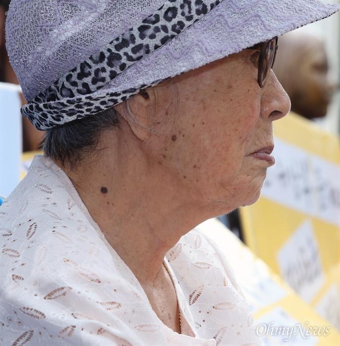 김복동 할머니의 깊은 주름 추석 연휴 첫날인 14일 서울 중학동 옛 일본대사관 맞은편에서 열린 1248번째 수요시위에 일본군 위안부 피해자인 김복동 할머니가 참여하고 있다.