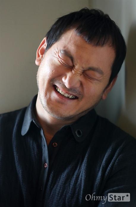 영화 <아수라>에서 검찰수사관 역의 배우 정만식이 4일 오후 서울 상암동 오마이뉴스 사무실에서 인터뷰에 앞서 포즈를 취하고 있다.