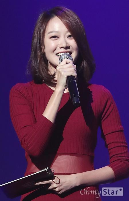 문지애, 오랜만에 보는 반가운 얼굴 방송인 문지애가 5일 오후 서울 광장동의 한 공연장 에서 열린 <댄스그룹인 SF9(에스에프나인)데뷔 싱글 Feeling Sensation 쇼케이스>에서 사회를 보고 있다.