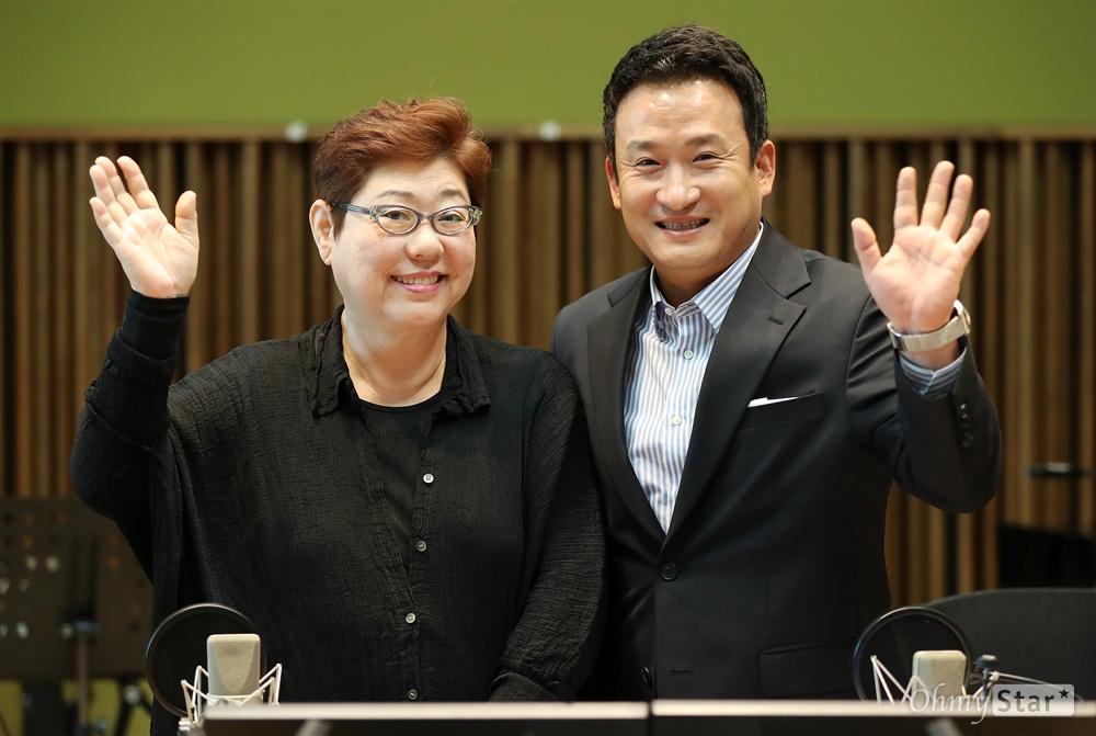 MBC 표준FM의 <여성시대 양희은, 서경석입니다>의 양희은과 서경석이 7일 오전 서울 상암동 MBC사옥에서 생방송을 마친 뒤 포즈를 취하며 미소를 짓고 있다.