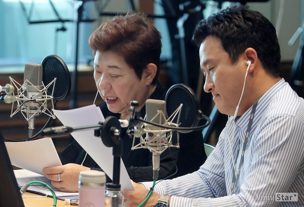 MBC 표준FM의 <여성시대 양희은, 서경석입니다>의 양희은과 서경석이 7일 오전 서울 상암동 MBC사옥에서 생방송을 진행하고 있다.