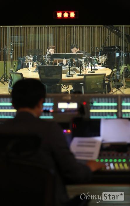 MBC 표준FM의 <여성시대 양희은, 서경석입니다>가 7일 오전 서울 상암동 MBC사옥에서 생방송되고있다.