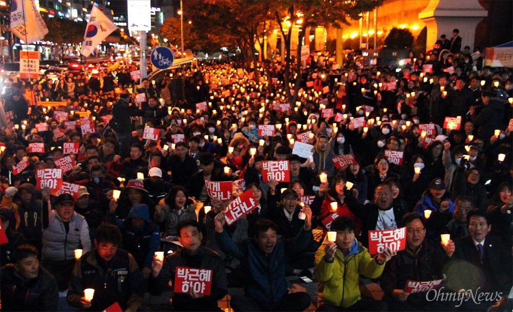 민주수호대전운동본부는 1일 밤 대전 서구 둔산동 갤러리아타임월드 백화점 앞에서 '내려와라 박근혜! 대전시민 촛불행동'을 개최했다. 이날 집회에는 3000여명의 시민들이 참여해 '박근혜 하야'와 '새누리당 해체'를 외쳤으며, 3개 차로를 이용해 거리행진을 벌이기도 했다.