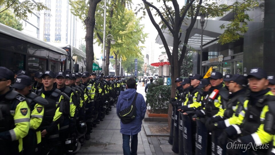 5일 광화문 광장에서 '내려와라 박근혜 2차 범국민행동'이 예정된 가운데 서울시경찰청 주변은 경찰 병력으로 가득하다.