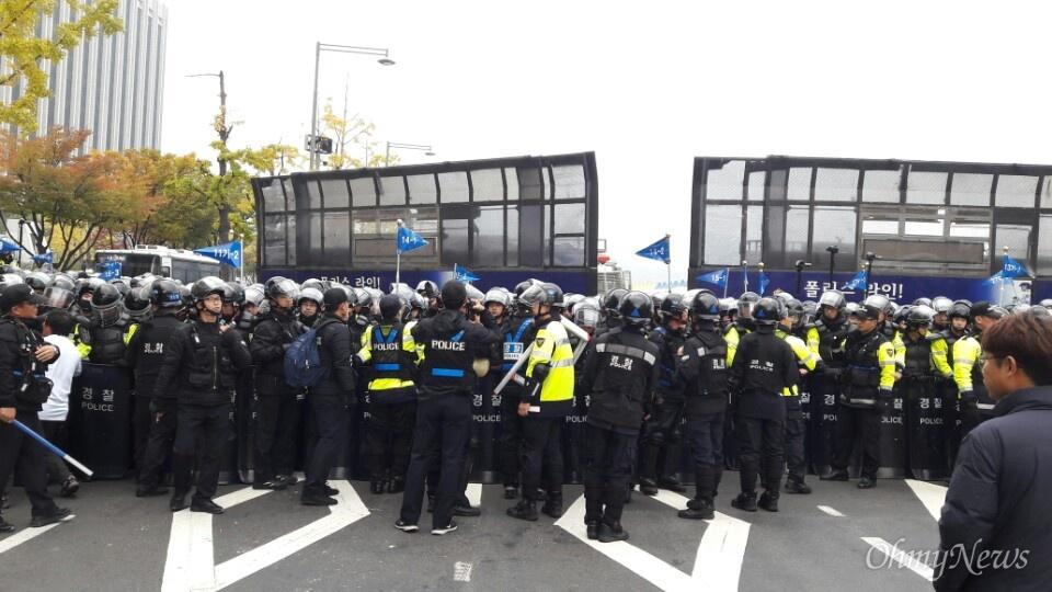 5일 오후 4시 20분께 경찰이 도로 통제를 개시했다. 사진은 광화문 광장 세종대왕상 양 옆으로 미 대사관부터 세종문화회관까지 경찰이 도로를 통제하고 있는 모습.