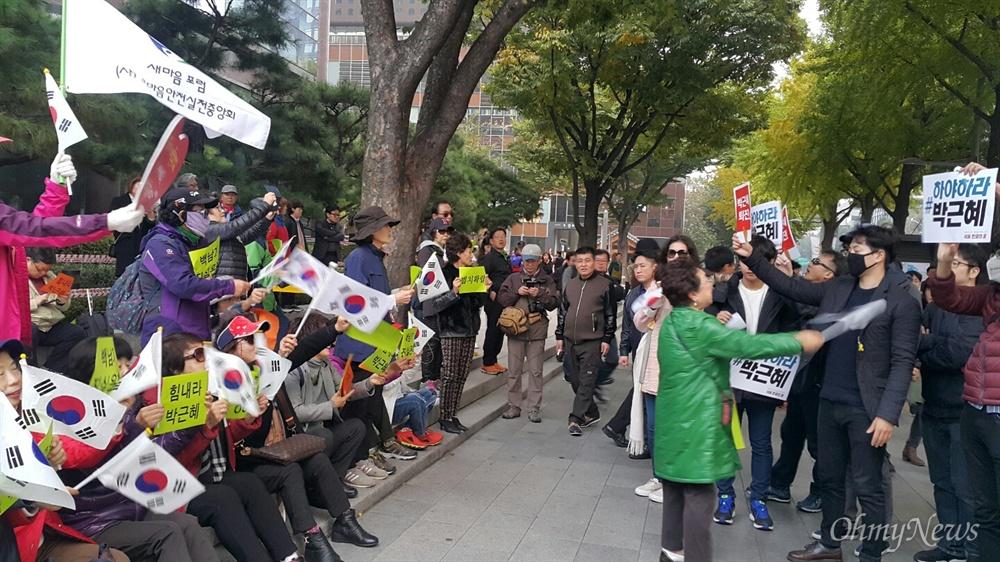 '내려와라 박근혜 2차 범국민행동'이 열리고 있는 광화문 광장 한켠에서 새마음포럼이라는 보수단체 회원 20여명이 '대한민국 지킬 것인가 버릴 것인가'라는 주제로 박근혜 대통령 지지 집회를 열고 있다.