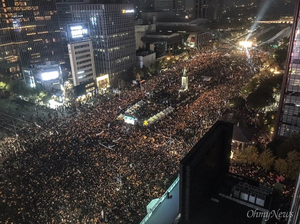 """5일 오후 광화문광장에서 '#내려와라_박근혜 2차 범국민대회'에 참여한 수만명의 시민, 학생, 노동자, 농민들이 """"박근혜 퇴진하라""""를 외치며 행진을 시작했다."""