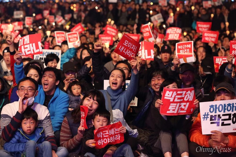 """분노한 시민들 """"박근혜 퇴진"""" 5일 오후 광화문광장에서 '#내려와라_박근혜 2차 범국민대회'에 참여한 수만명의 시민, 학생, 노동자, 농민들이 """"박근혜 퇴진""""을 요구하고 있다."""