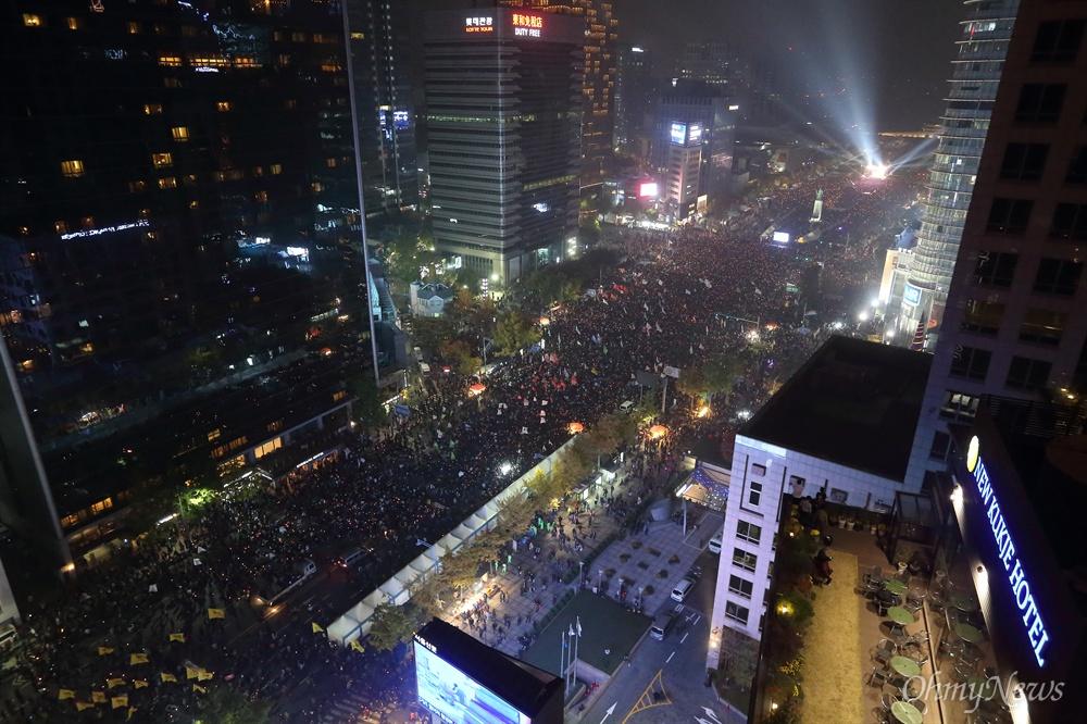 """10여만명이 외치는 """"박근혜 퇴진"""" 5일 오후 광화문광장에서 '#내려와라_박근혜 2차 범국민대회'에 참여한 10여만명의 시민, 학생, 노동자, 농민들이 """"박근혜 퇴진""""을 요구하고 있다."""