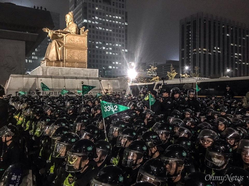 5일 광화문에서 열린 '내려와라 박근혜 2차 범국민행동' 공식 일정이 끝난 뒤 집회 참가자들이 세종대왕 동상 앞에서 경찰과 대치 중이다. 사진은 세종대왕상 뒤로 경찰 병력이 늘어서 있는 모습.