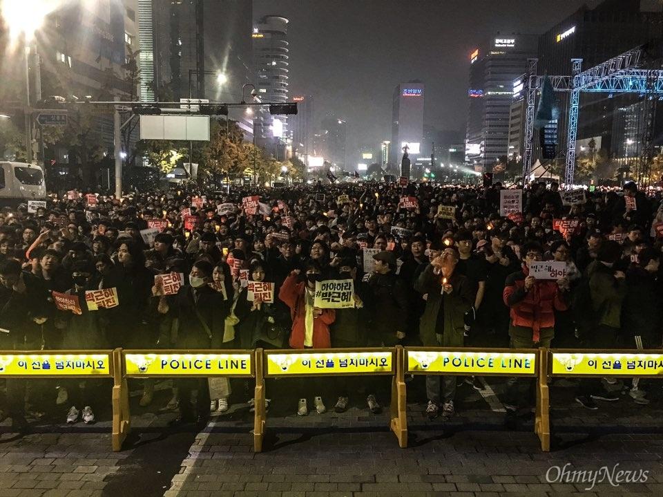 5일 광화문에서 열린 '내려와라 박근혜 2차 범국민행동' 공식 일정이 끝난 뒤 집회 참가자들이 세종대왕 동상 앞에서 경찰과 대치 중이다. 폴리스라인 뒤로 시민들이 구호를 외치고 있다.