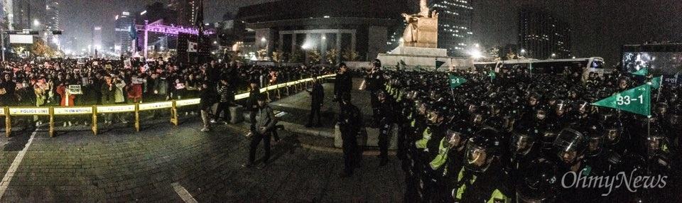 5일 광화문에서 열린 '내려와라 박근혜 2차 범국민행동' 공식 일정이 끝난 뒤 집회 참가자들이 세종대왕 동상 앞에서 경찰과 대치 중인 모습.