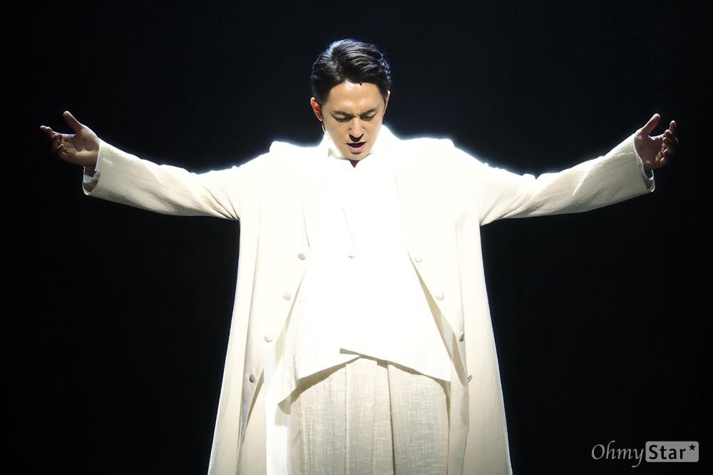 뮤지컬 <곤 투모로우> 프레스콜 지난 9월 22일, 서울 광림아트센터 BBCH홀에서 열린 뮤지컬 <곤 투모로우>의 프레스콜 현장에서 배우들이 열연하고 있다. <곤 투모로우>는 오태석의 희곡 <도라지>를 원작으로 삼아 각색한 뮤지컬 작품으로, 갑신정변 이후 새로운 나라를 꿈꾸며 분투했던 청년들의 이야기를 담은 누아르 뮤지컬이다. 올해 창작 초연으로 9월 13일 개막하여 지난 6일 폐막했다.  강필석·임병근·이동하·김무열·이율·김재범·조순창·박영수·김민종·김법래·임별·강성진·김수로·정하루 등.