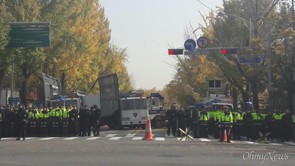 12일 오전 11시 30분께 청운효자동사무소에서 청와대 가는 길목 상황. 경찰 차벽이 배치되기 시작했다.