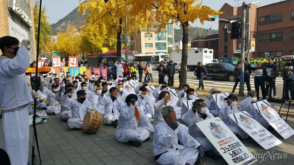 12일 오전 11시 30분께 노조파괴 등을 비판하기 위해 오체투지에 나선 유성기업 노동자 70여 명이 청와대 인근 청운동사무소 앞에서 집회를 하고 있다.
