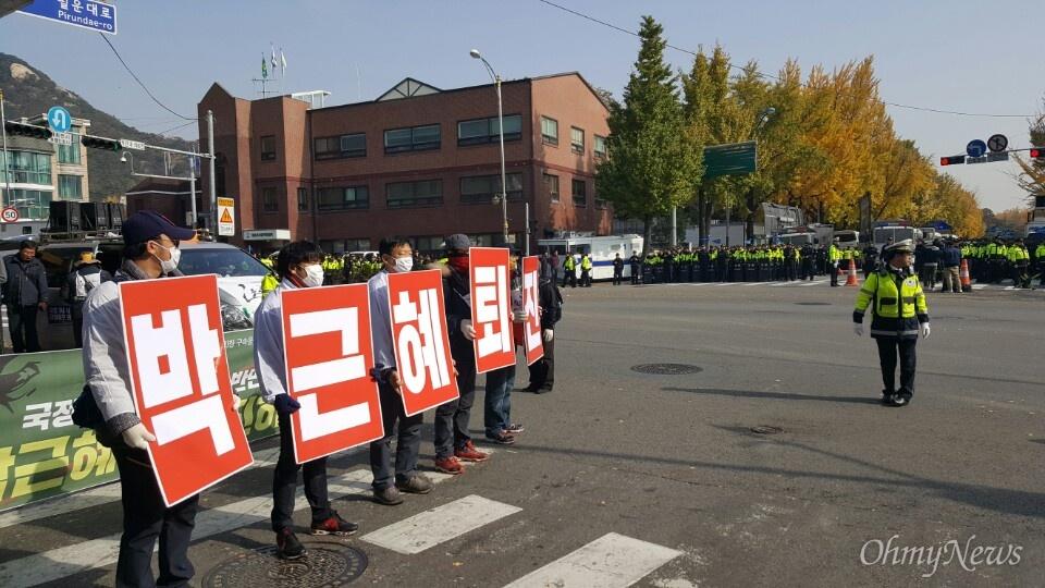 12일 오전 11시 30분께 노조파괴 등을 비판하기 위해 오체투지에 나선 유성기업 노동자 70여 명이 청와대 인근 청운동사무소 앞에서 오체투지 행진을 이어가고 있다.